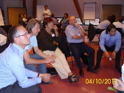 TeilnehmerInnen lauschen gespannt der Moderation