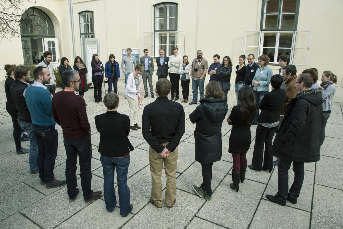 TeilnehmerInnen eines Kick Off Meetings lernen sich kennen