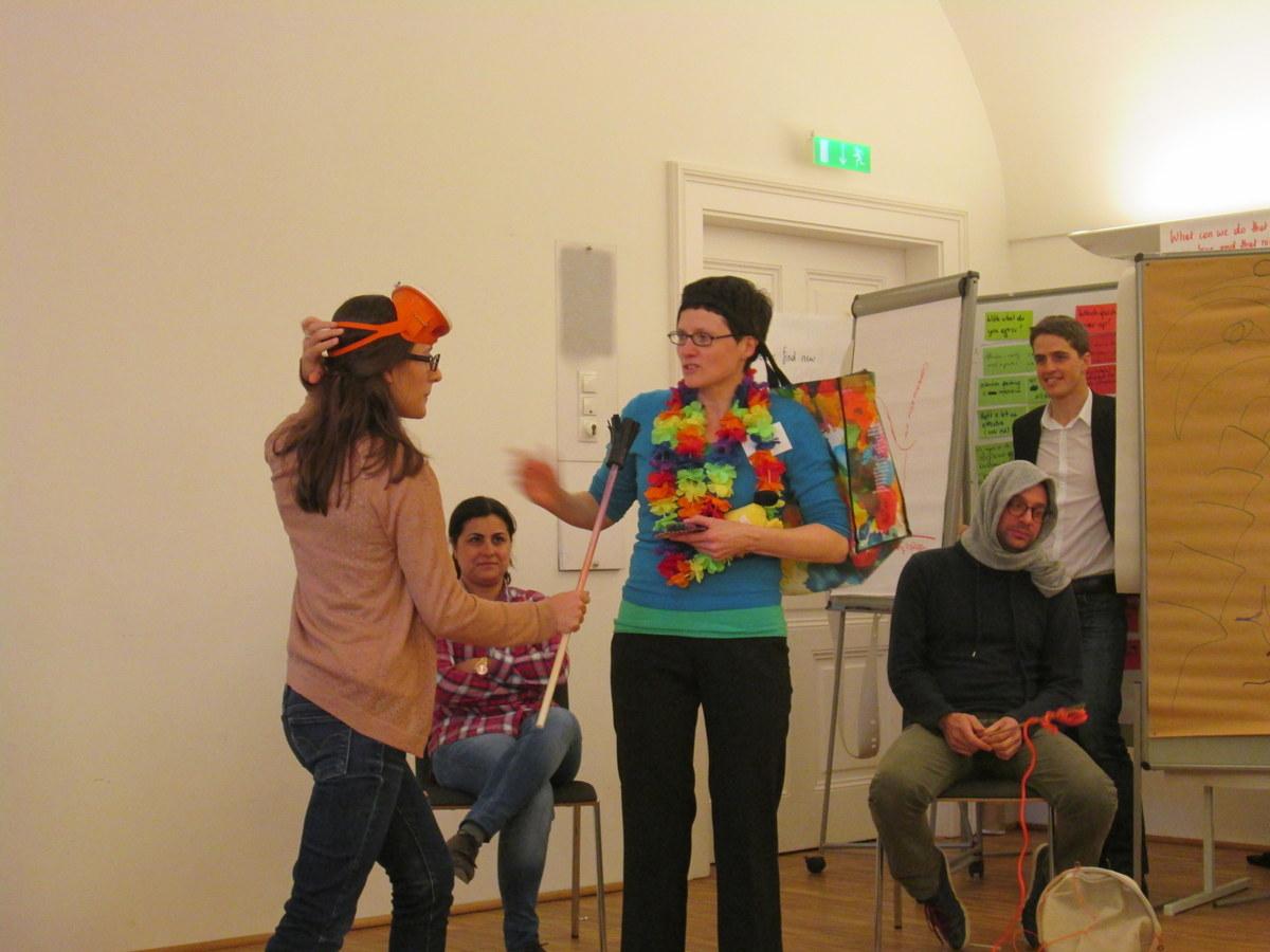 TeilnehmerInnen eines Kick Off Meetings sind kreativ