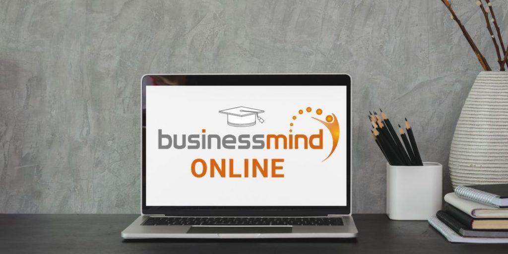 Laptop mit BusinessMind Online Logo