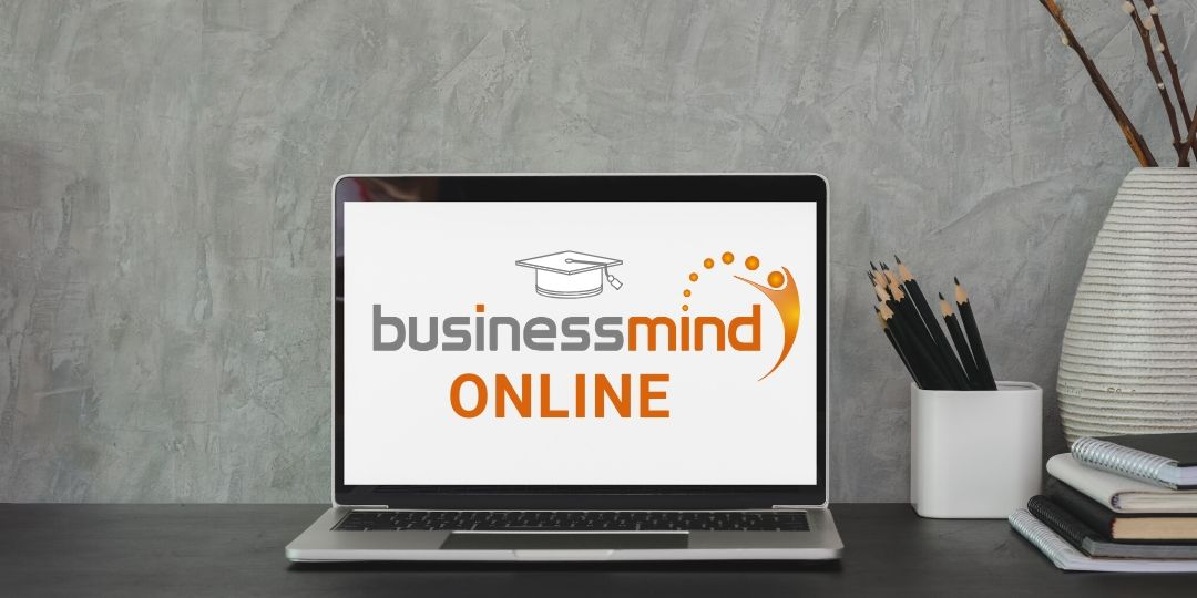 Laptop mit BusinessMind Online Logo
