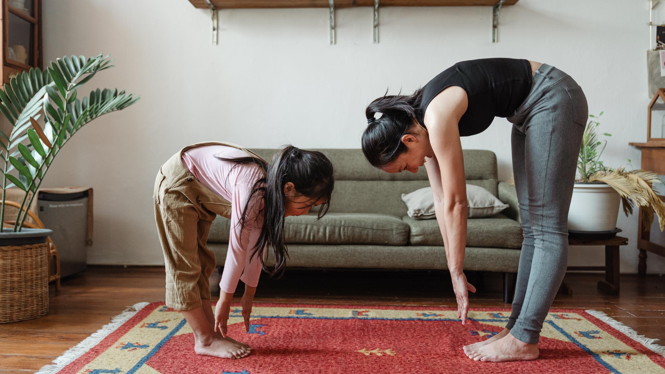 Mutter und Tochter beim Stretching